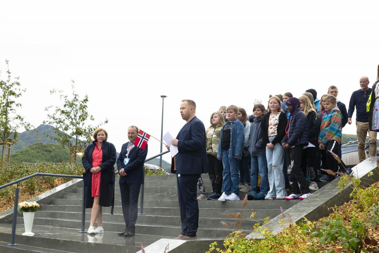 Kommunalsjef Veslemøy Drangevåg, ordfører Frank Johnsen, rektor Fredrik Solem Aagaard-Nilsen og fadderelevene i femteklasse. Foto: Evelyn Pecori