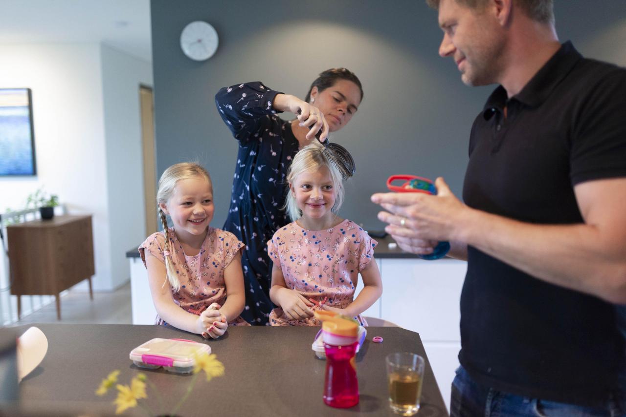 – Hvem vil ha skolebrus!? spør pappa Bjørn Konopka, etter å ha fylt vann i døtrenes flasker. Foto: Evelyn Pecori