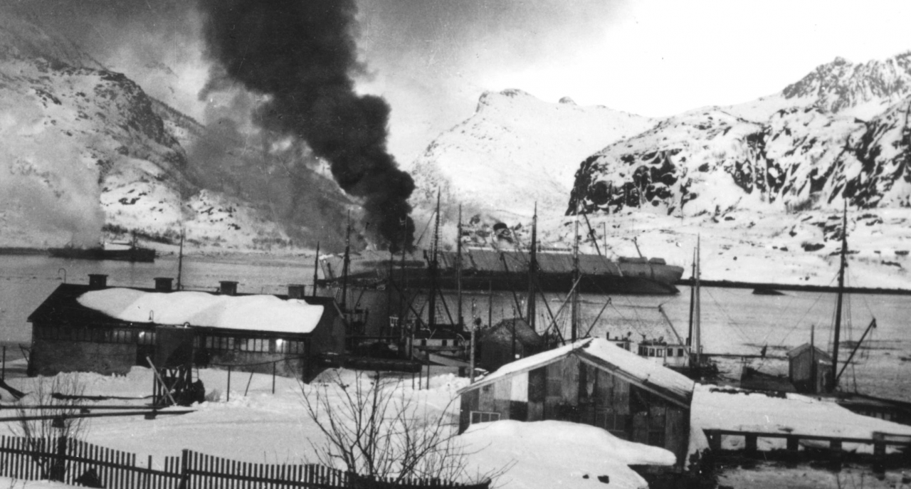 Fabrikkskipet Hamburg senkes i Osanpollen Svolvær, under Lofotraidet.