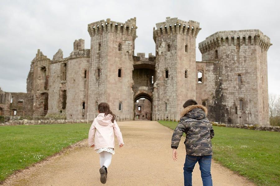Two children running towards Castell Rhaglan