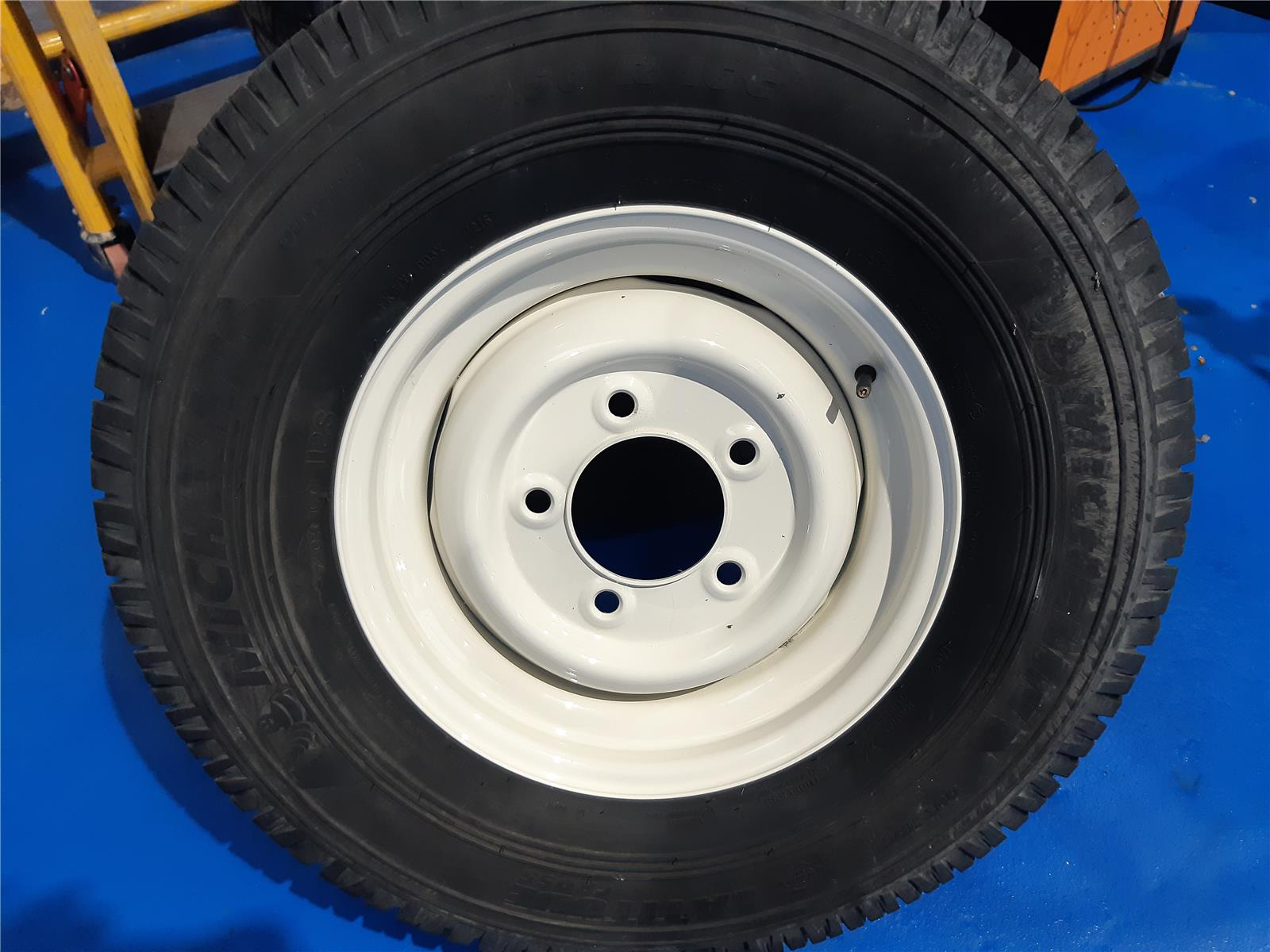 LAND ROVER 5 LAND ROVER DEFENDER ALLOYS    TRACTOR