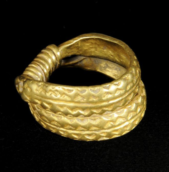 Perfectly preserved gold ring with two bands of gold printed with a triangle design