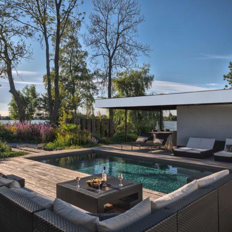 Luxury swimming pool garden at the Reeuwijkse Plassen