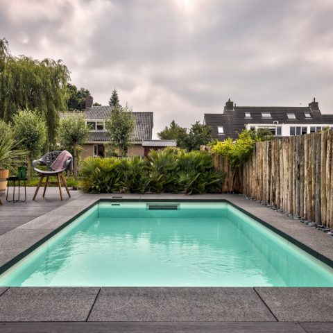 Garden with swimming pool at water villa in Reeuwijk