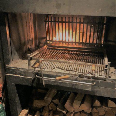 Robuuste antieke houthaard met BBQ rooster