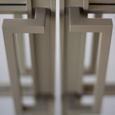 Roomdivider met taatsdeuren in parelmoergrijs