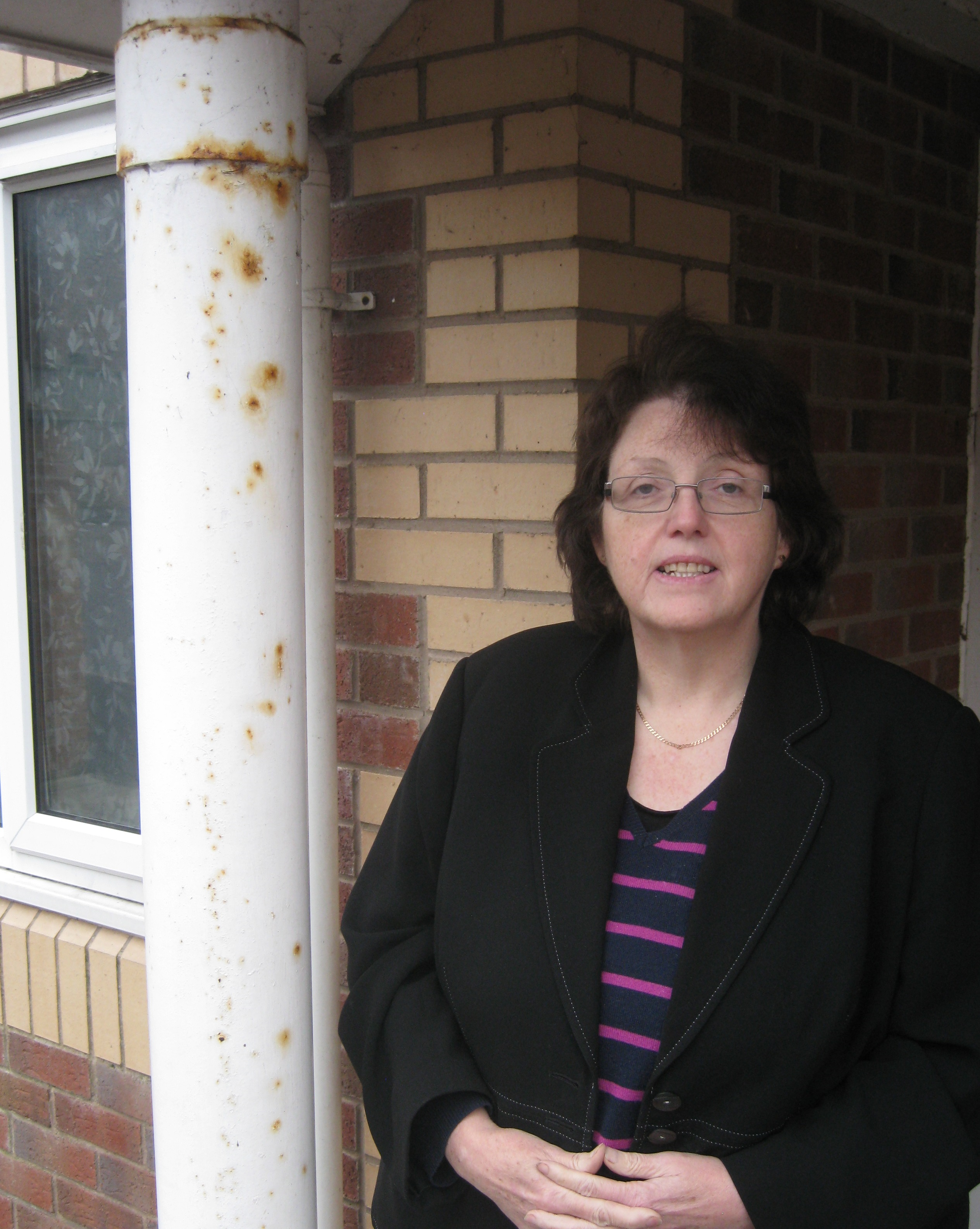 Rosie_Cooper_MP_visits_Quays_Apartments_in_Burscough_to_see_for_herself_the_lack_of_maintenance_at_the_front_entrance.JPG