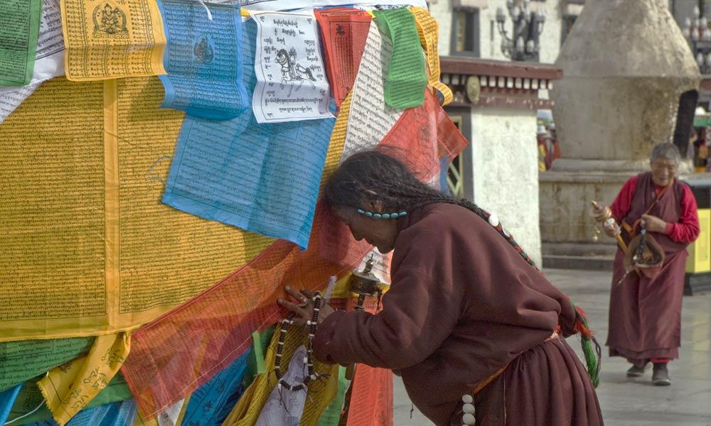 Tibet women praying