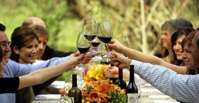 group clinking glasses of wine on napa and sonoma wine tour