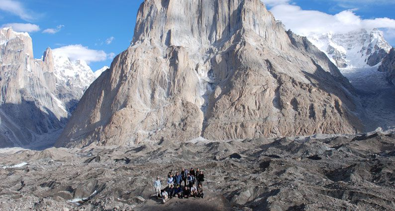 group hiking on k2 and gondogoro trek