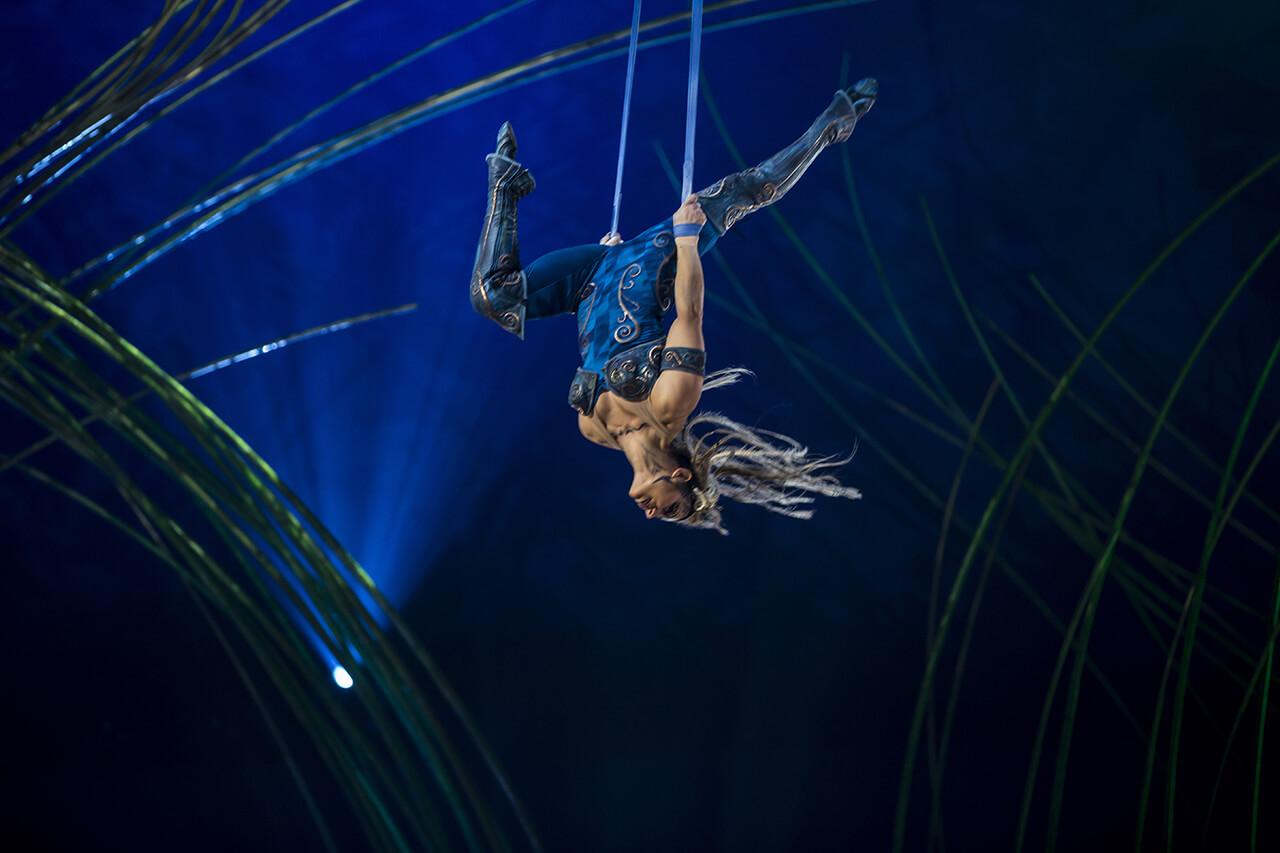 cirque du soleil amaluna acrobat upside down on trapeze