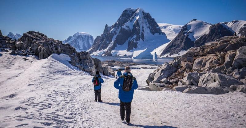 antarctica adventure hikers in the snow