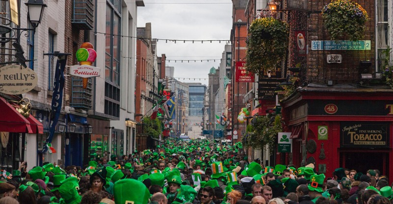 crowds in green hats at st patricks day dublin