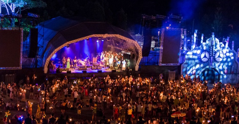 crwowd and stage at woodford folk festival