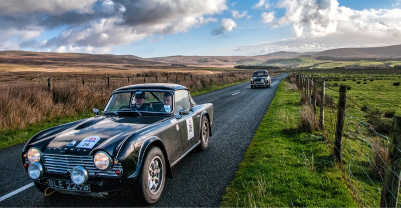 le jog classic car in british countryside