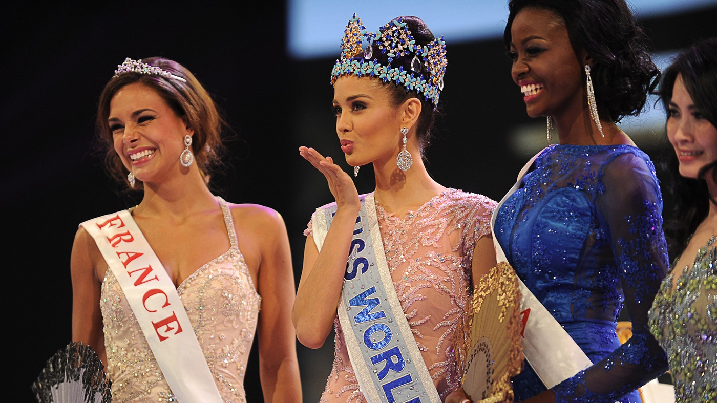 miss world competition winner blow kiss on stage