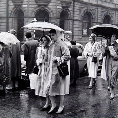It's Friday - thank God (A dreich day outside the bank in 1959 (Herald and Times Group))