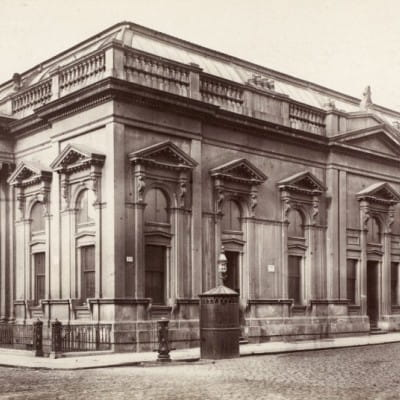 Glasgow's daily grind (The Corn Exchange, complete with a cast iron pissoir and drinking fountain oiutside (RCAHMS))