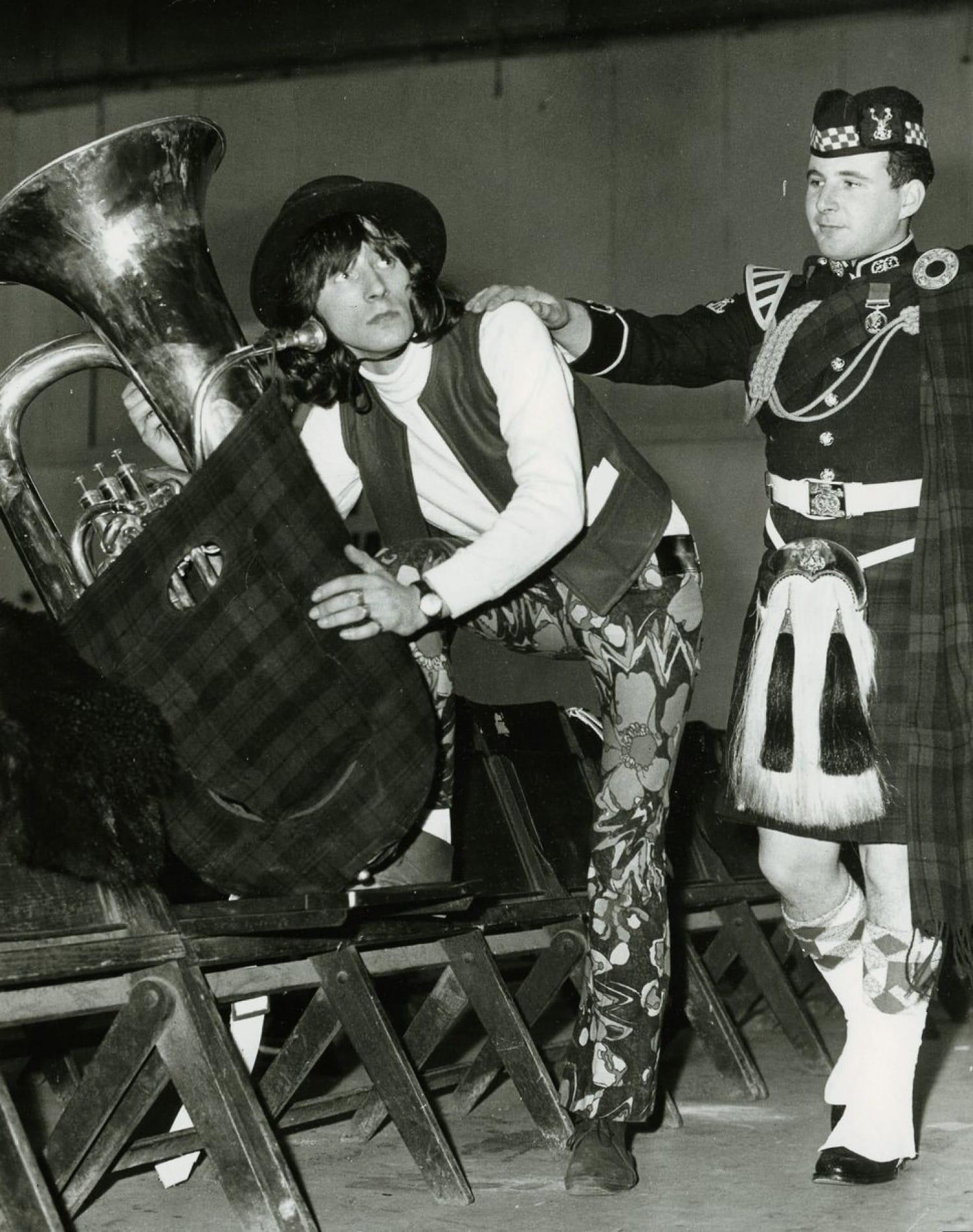 Umpa, umpa, stick it up yer jumper! DJ Stuart Henry gets his collar felt by pipe bandsman Mick Fox