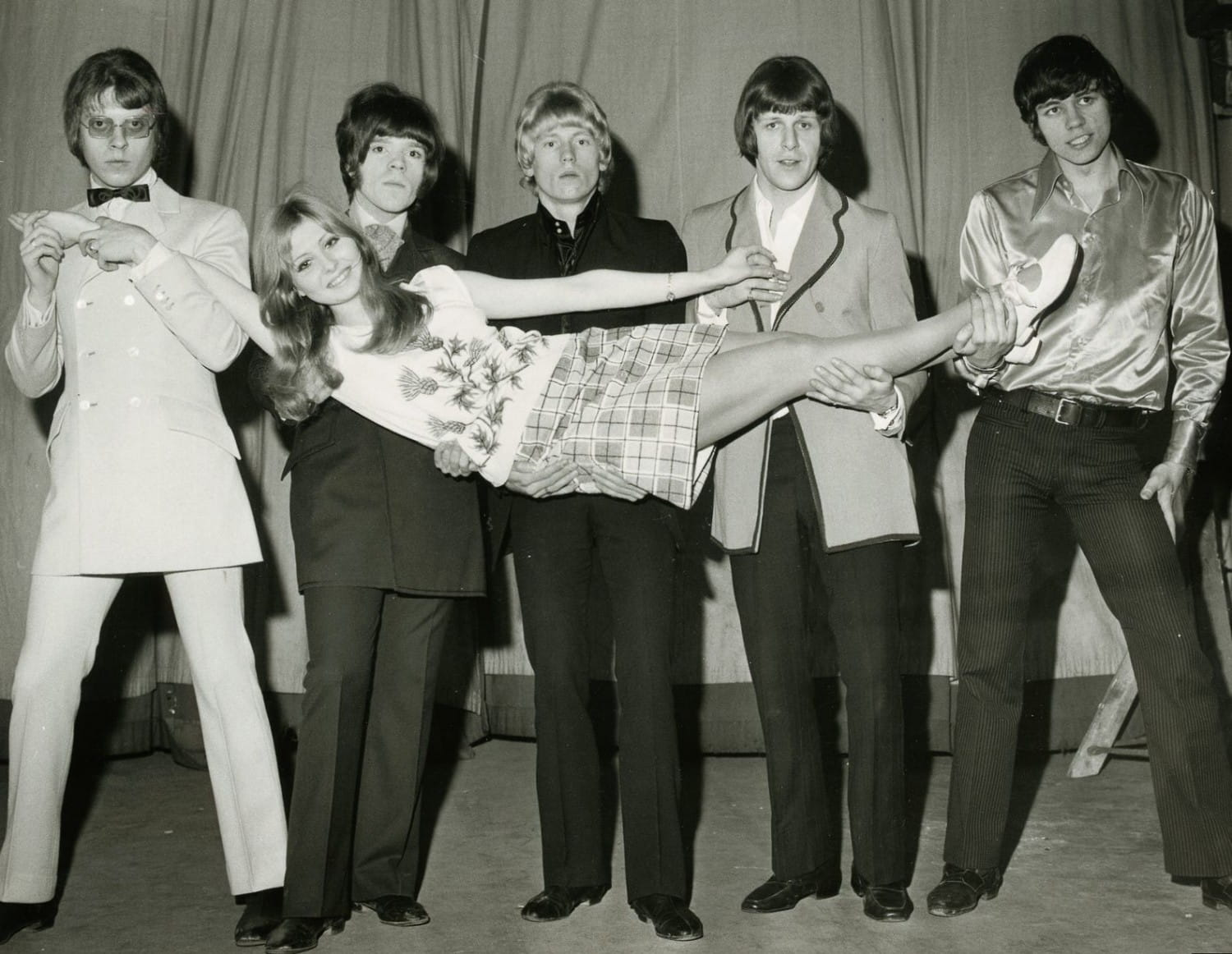 Get a bloomin' Move on! Birmingham's finest give Miss Record a lift. That's Roy Wood, later of ELO, then Wizard, second from left, and ELO drummer Bev Bevan on the far right