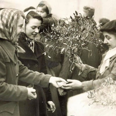 The magic of mistletoe (Buying mistletoe at The Barras, 1951 (Newsquest Media Group))
