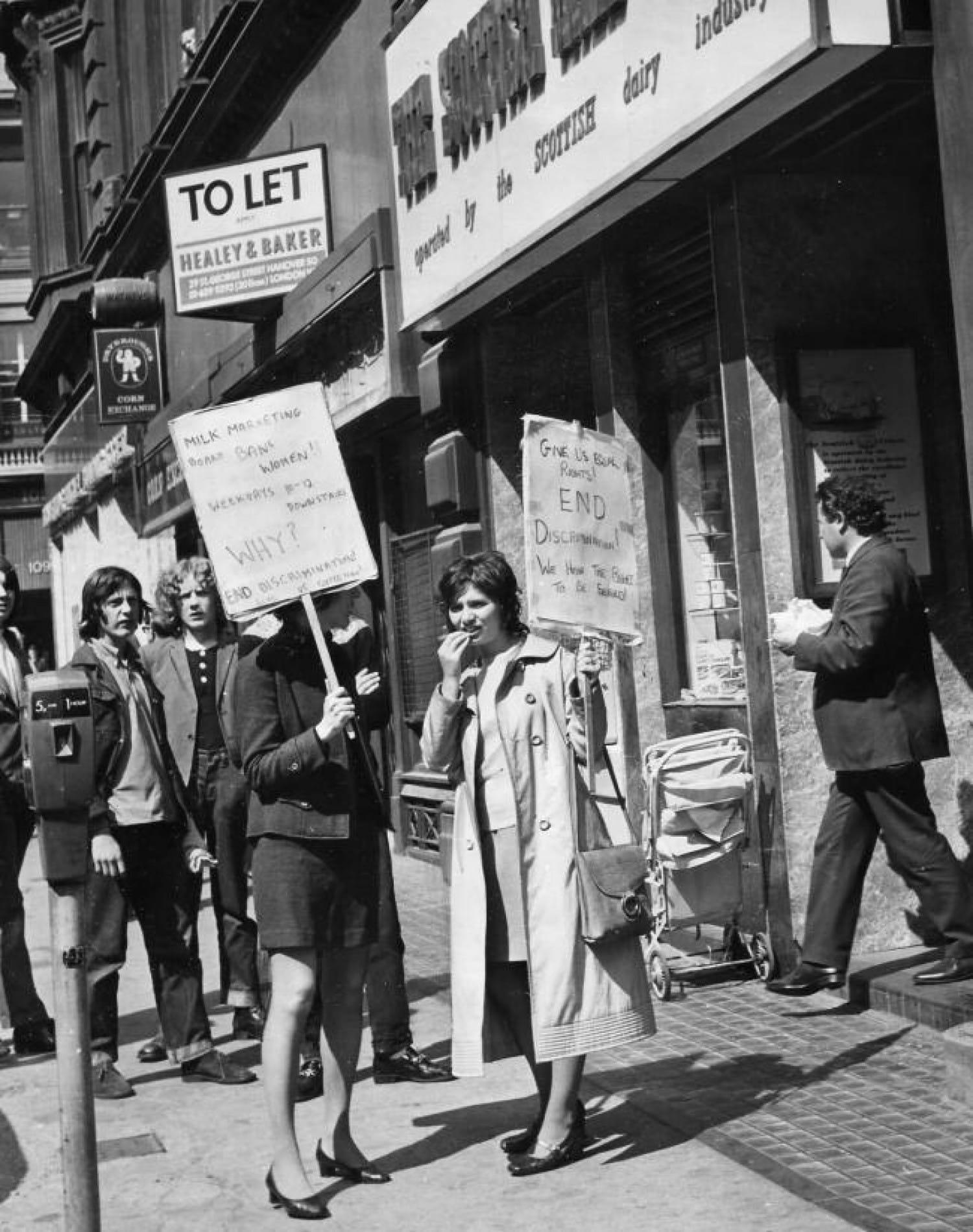 Protest outside the Gordon Street Milk Bar, 1971 (Newsquest Media Group)