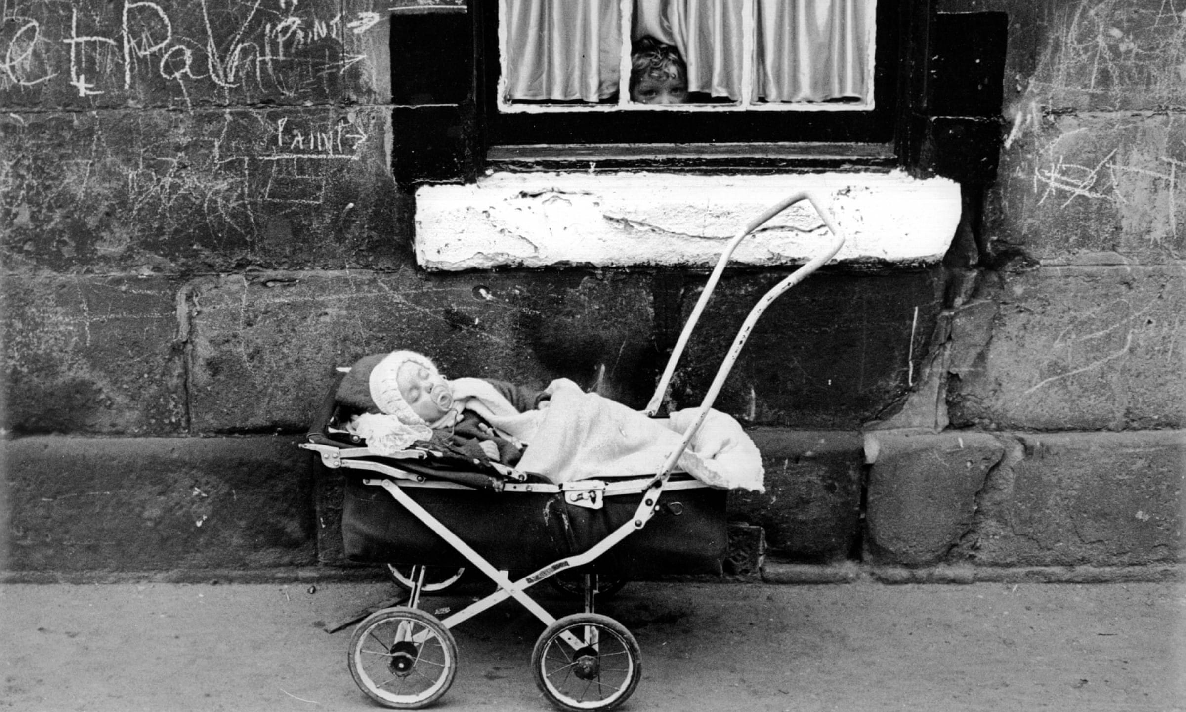 Together, alone (Self isolating, Gorbals style, 1960 (Picture: Albert McCabe/Getty Images))