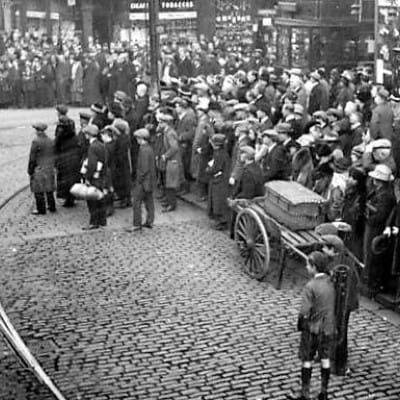Lest we forget (Armistice Day, 1919 - the corner of Argyle and Jamaica Streets (Newsquest))