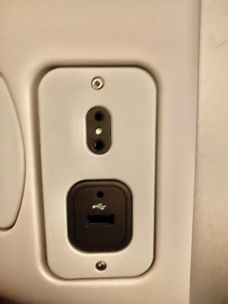 USB and headphone ports on BA 747 business class