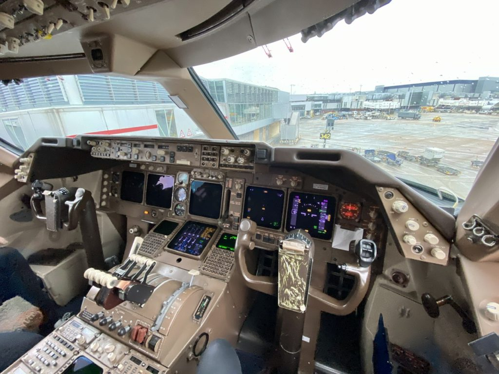 Flight deck on BA 747-400 G-CIVO
