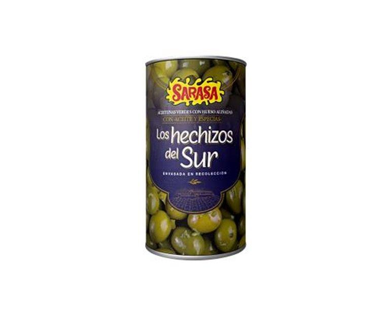Aceitunas verdes partidas aliñadas con aceite y especias