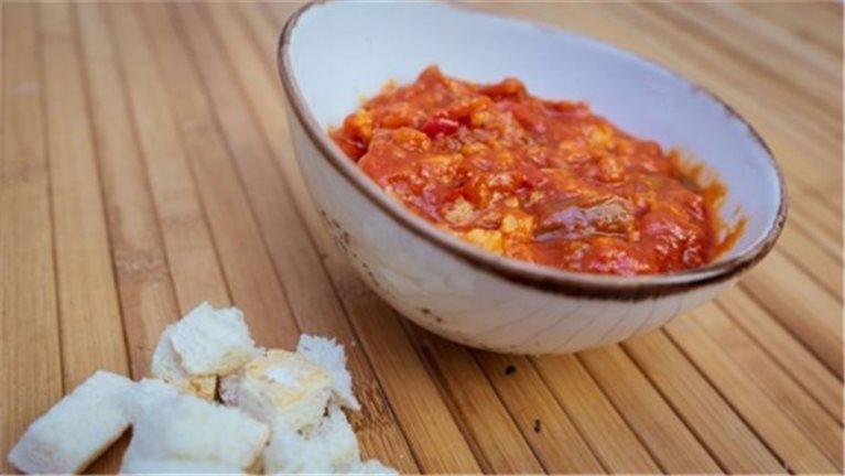 Cod crumbled in tomato