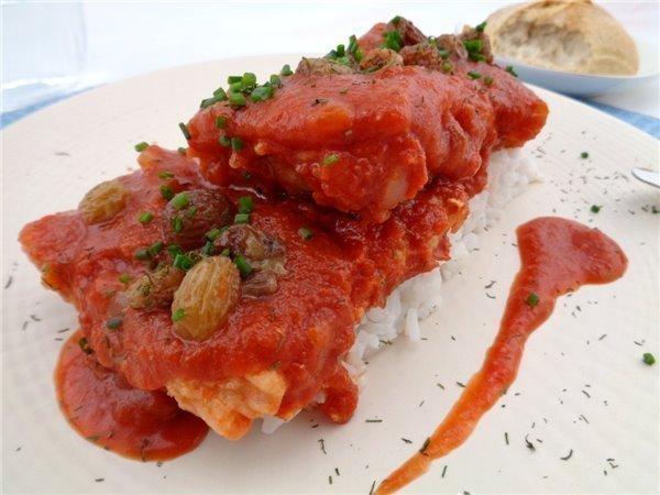 Bacalao en tomatada con pasas y eneldo