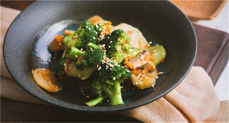 Brócoli salteado con soja,lima y cilantro