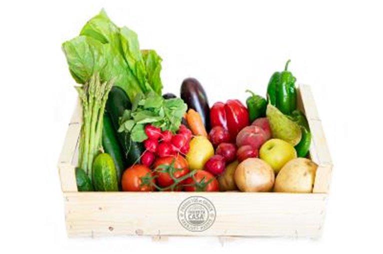 Cesta naranja verdura y fruta de temporada / 3-4 pers 15kg aprox.  2kg patatas  + 2kg tomates huerta  + 1kg zanahorias + 1kg cebollas + 1 lechuga romana + 1kg peras de agua + 1kg naranjas de mesa + 1 manojo espinacas + 1kg manzanas golden + 1kg primientos verdes + 1kg pimientos rojos + 1kg berenjenas + 1kg plátanos