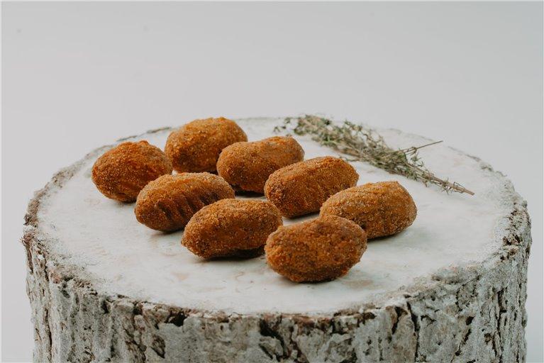 Croquetas de morcilla, cebolla caramelizada y piñones