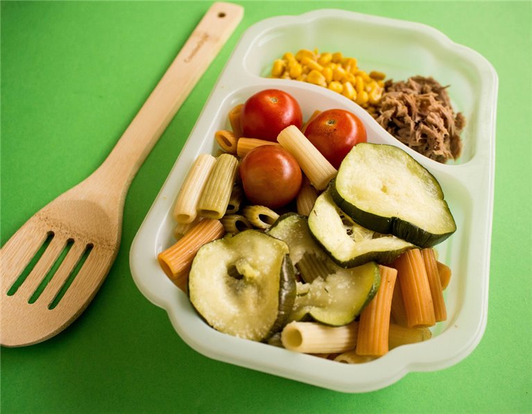 Ensalada de pasta con atún, maíz, cherrys y calabacín (H9)