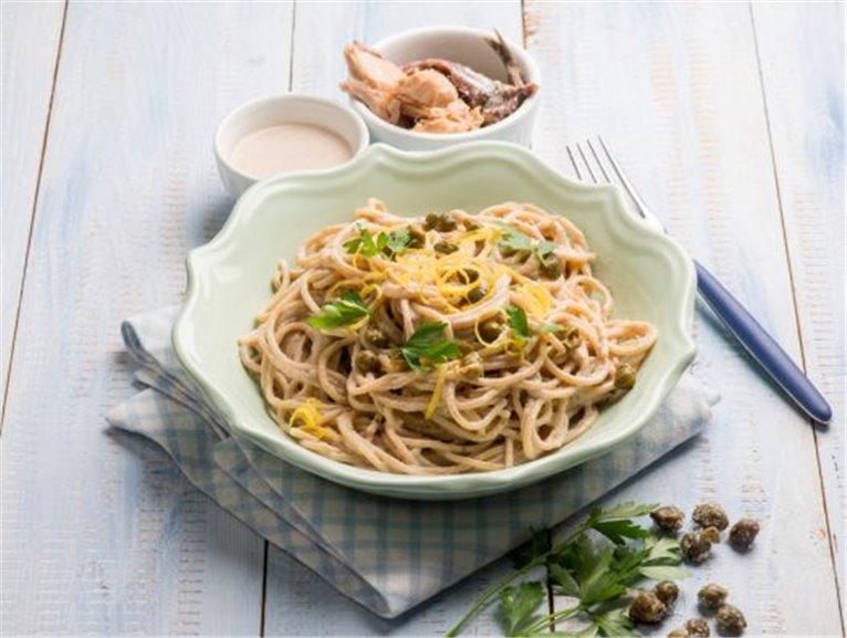 Espaguetis en salsa de atún y alcaparras