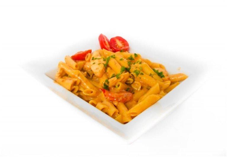 Macarrones integrales con pollo, guindilla y tomates cherry