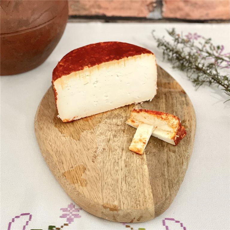 Medio queso de cabra semicurado con pimentón Alvarea Cabrero