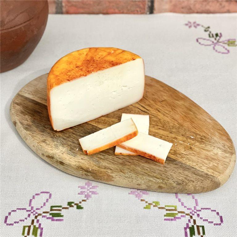 Medio queso de cabra semicurado con pimentón Valdecabras