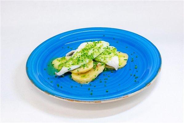 Merluza en salsa verde con patata panadera