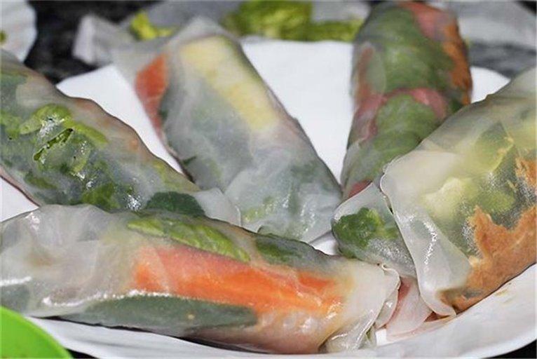 Papel de arroz, con queso crema, salmón ahumado y verduras