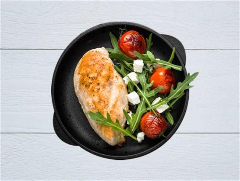 Pechuga al cilantro y yogur sobre pasta integral con verduras