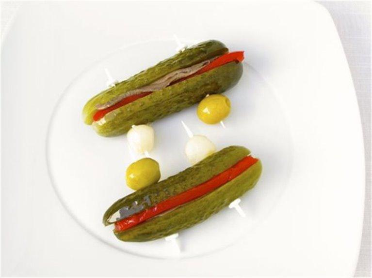 Pepinos rellenos de anchoa y pimiento