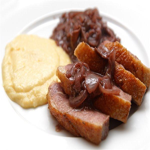 Pierna de cerdo asada y glaseada con mermelada de manzana sobre puré de patatas