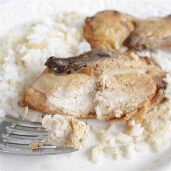 Pollo asado con guarnición.