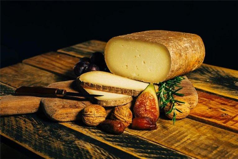Porción de queso de oveja Curado pata de mulo 450 gr (aprox) LOS PAYUELOS