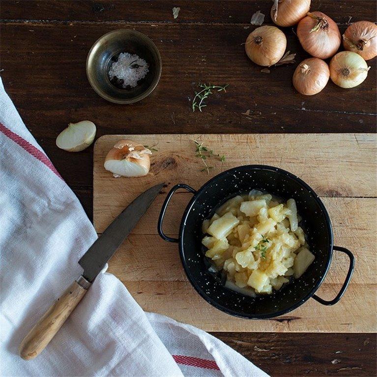 Preparado de tortilla de patatas con cebolla confitada