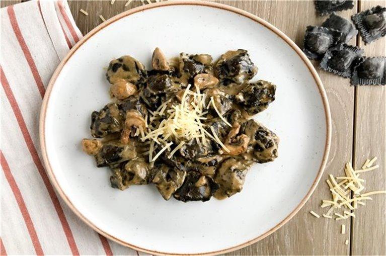 Raviolis de beicon y queso de cabra al fungui porcini